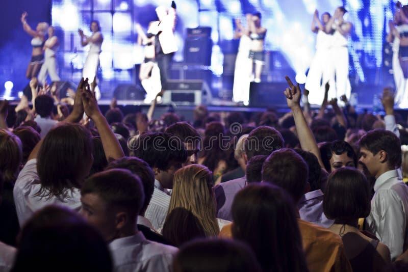 Uma multidão no concerto imagem de stock