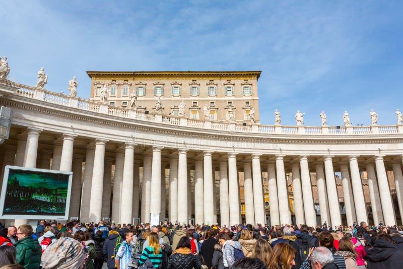 Uma multidão recolhe no quadrado de St Peter imagem de stock royalty free