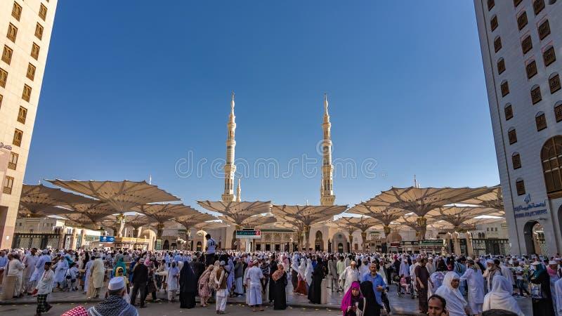 Uma multid?o de peregrino na mesquita de Medina fotos de stock royalty free
