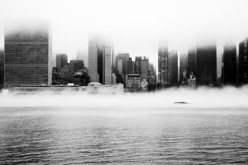 Uma névoa densa cobriu New York City durante o dia do ` s do inverno em janeiro de 2018 imagem de stock