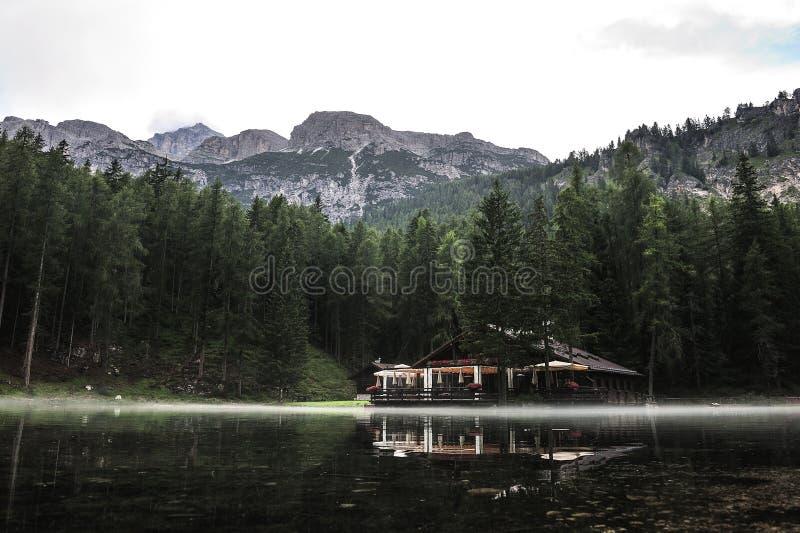 Uma névoa macia cercou o chatel do lago Ghedina imagens de stock royalty free