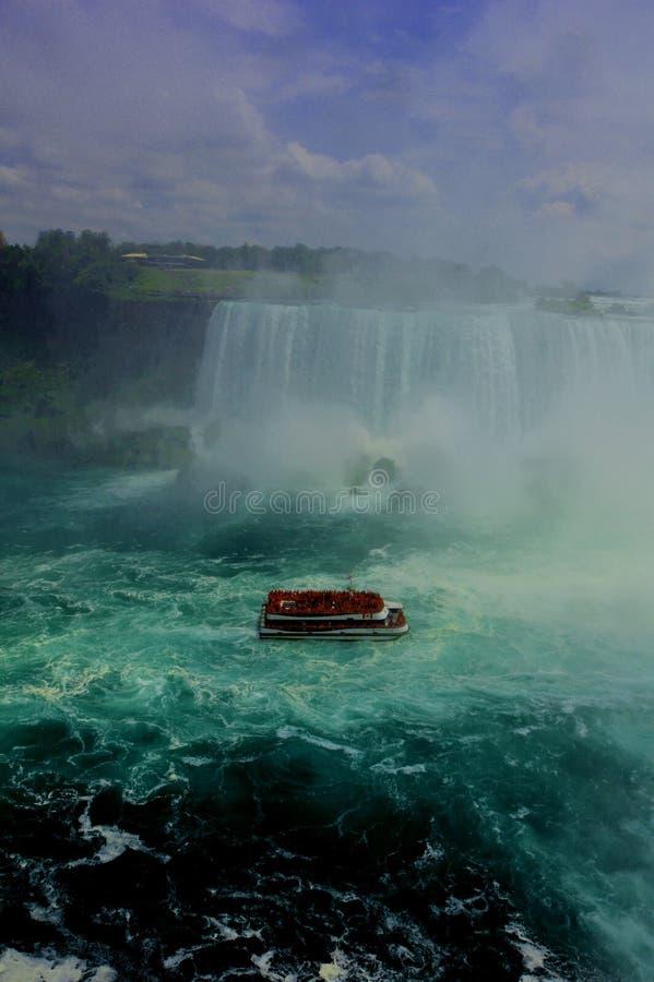 Uma navigação do barco e uma cachoeira em Niagara Falls imagem de stock