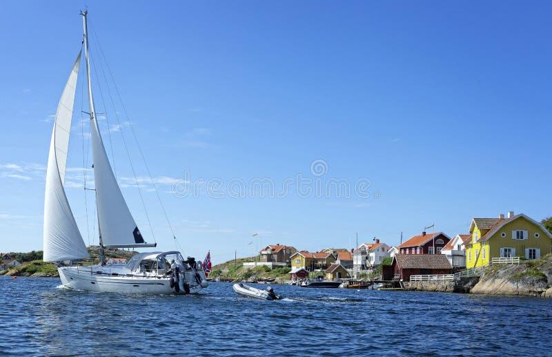 Uma navigação grande do veleiro na costa oeste sueco imagens de stock