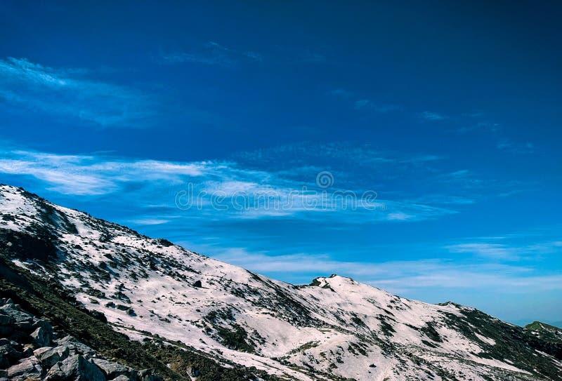 Uma neve caiu recentemente na parte superior da montanha em himalaya, Índia fotos de stock