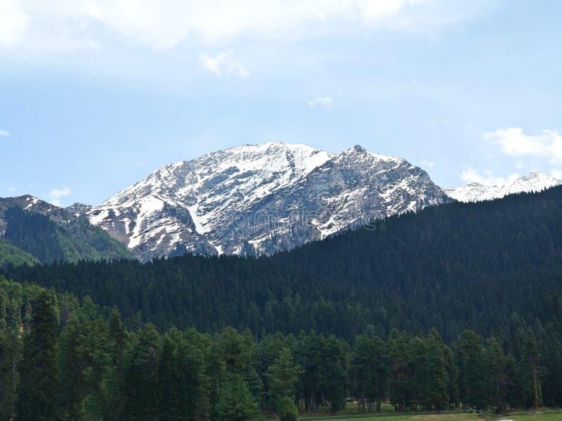 Uma neve tampou a montanha de Kashmir Valley foto de stock
