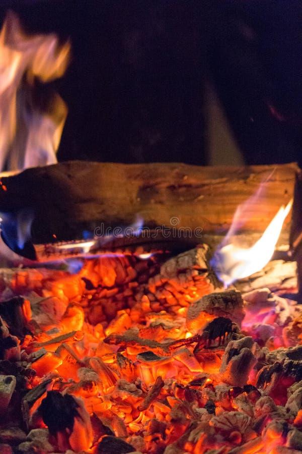 Uma noite acolhedor pelo fogo fotos de stock