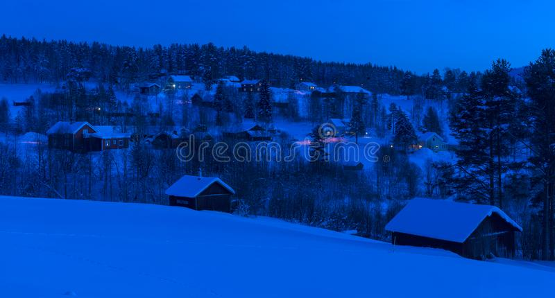 Uma noite disparada de Petiknas O inverno no sueco Lapland foto de stock royalty free