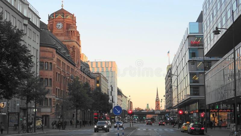Uma noite na Éstocolmo central, opinião da rua, Suécia imagens de stock