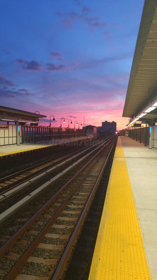 Uma noite no estação de caminhos-de-ferro imagem de stock royalty free