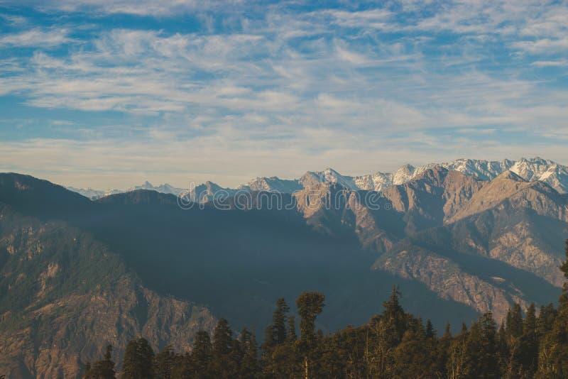 Uma noite temperamental sobre uma montanha! imagem de stock royalty free