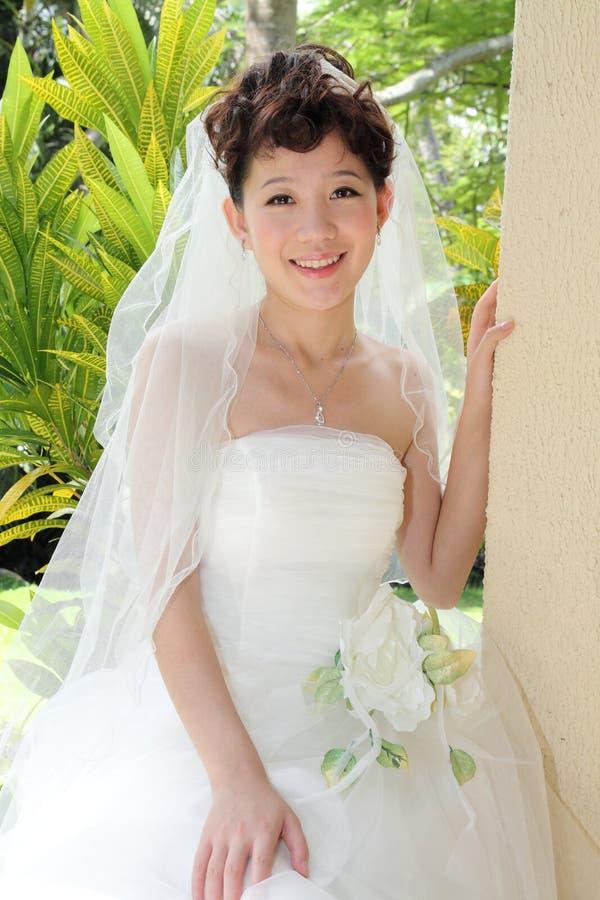 Uma noiva asiática feliz imagem de stock