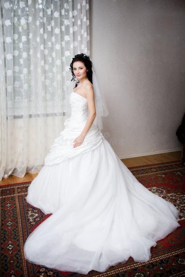 Uma noiva bonita pelo indicador fotos de stock