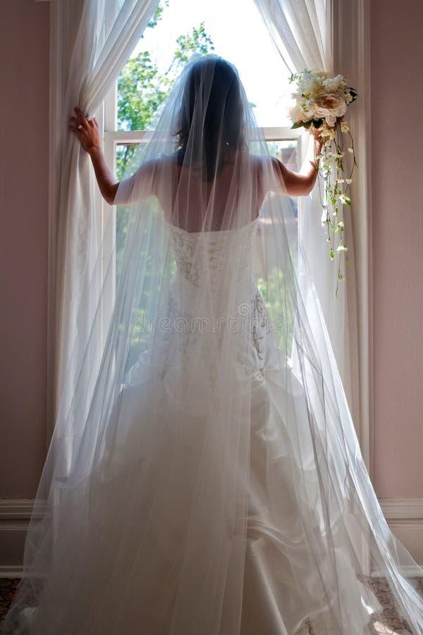 Uma noiva bonita que levanta com Boquet & anel imagem de stock