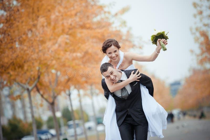 Uma noiva e um noivo bonitos fotos de stock