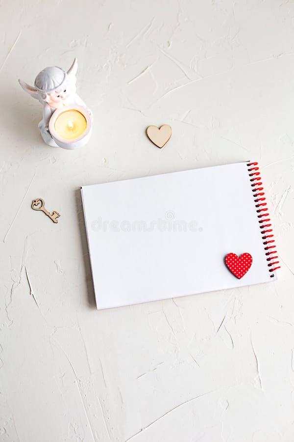 Uma nota a uma amada no fundo branco fotografia de stock