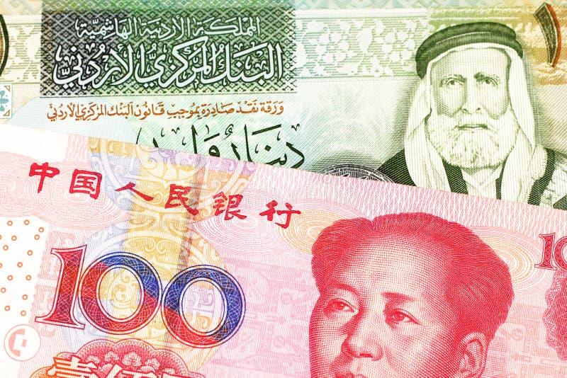 Uma nota de Argentina, fim do peso acima com um chinês, conta do yuan foto de stock