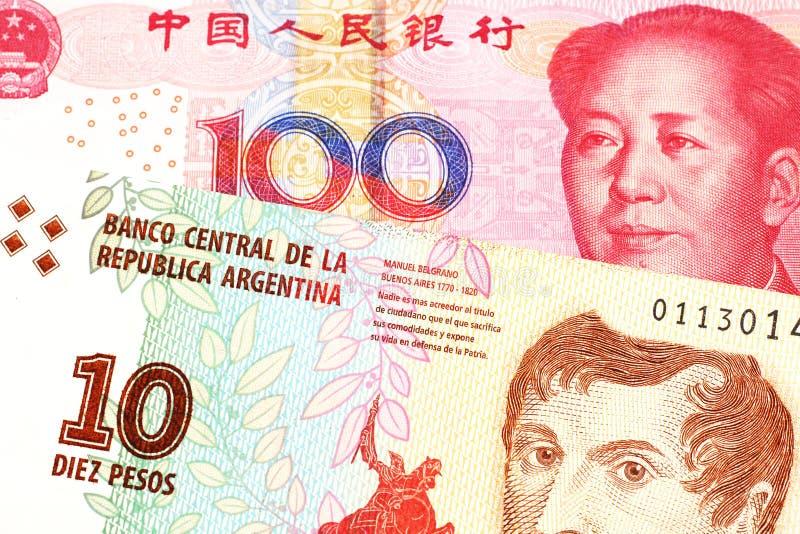 Uma nota de Argentina, fim do peso acima com um chinês, conta do yuan fotografia de stock royalty free