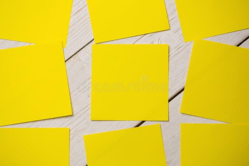 Uma nota de post-it amarela fotografia de stock
