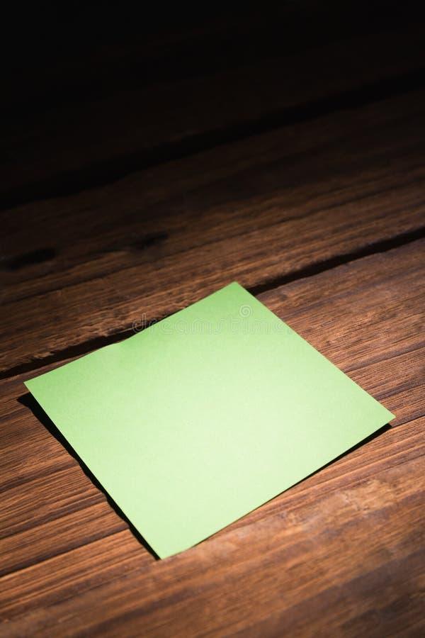 Uma nota de post-it verde fotografia de stock