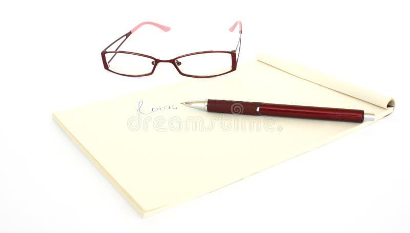 Uma nota e uma pena dos eyeglasses imagem de stock royalty free