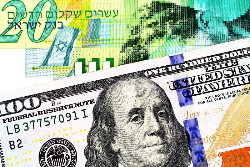 Uma nota israelita nova do shekel vinte com umas cem notas de dólar americana fotos de stock royalty free