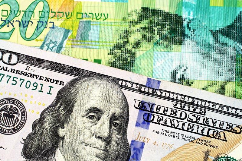 Uma nota israelita nova do shekel vinte com umas cem notas de dólar americana imagem de stock royalty free