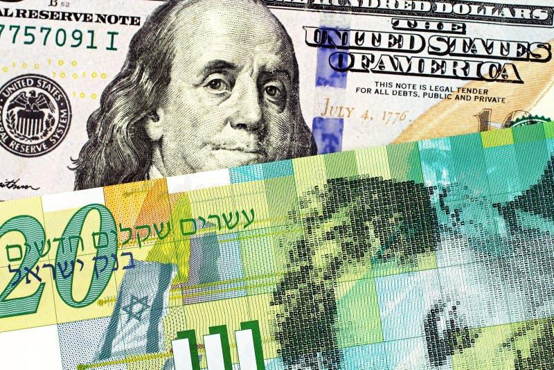Uma nota israelita nova do shekel vinte com umas cem notas de dólar americana fotografia de stock