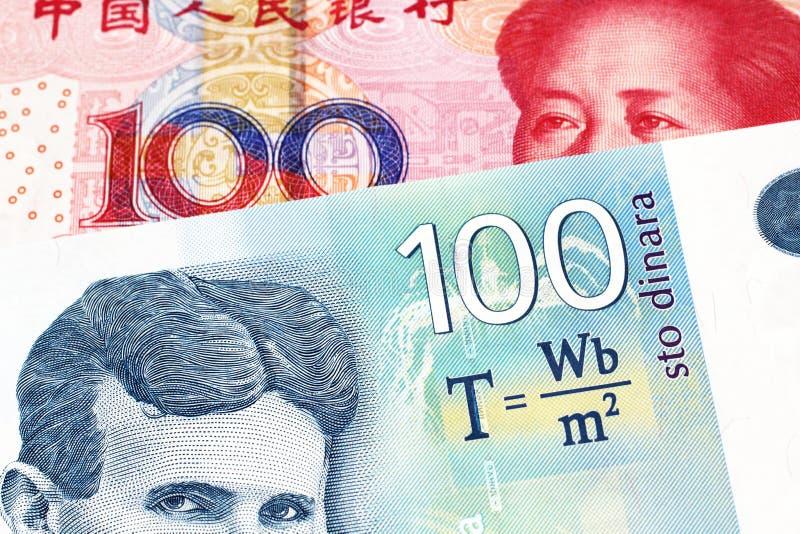 Uma nota sérvio do dinar com uma conta chinesa do yuan fotos de stock