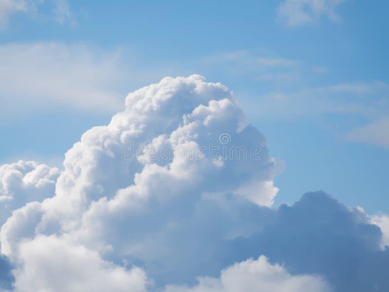 Uma nuvem de cúmulo enorme em um céu azul foto de stock royalty free