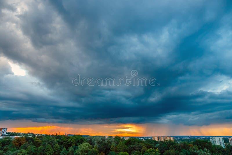 Uma nuvem de tempestade enorme com uma parede da chuva foto de stock