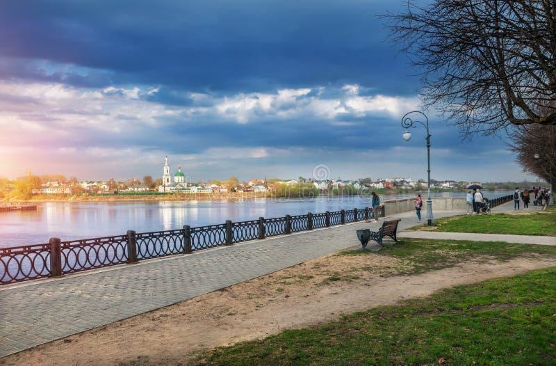 Uma nuvem de tempestade escura azul sobre o Rio Volga em Tver imagens de stock