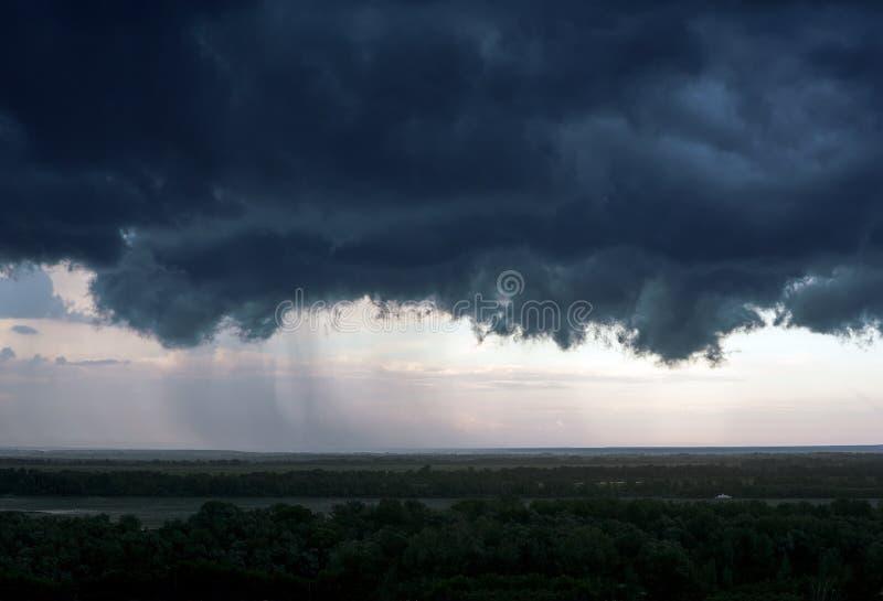Uma nuvem de tempestade preta acima da cidade fotos de stock
