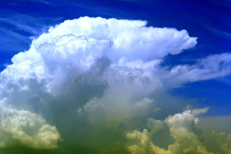 Uma nuvem enorme que flutua no céu fotografia de stock royalty free