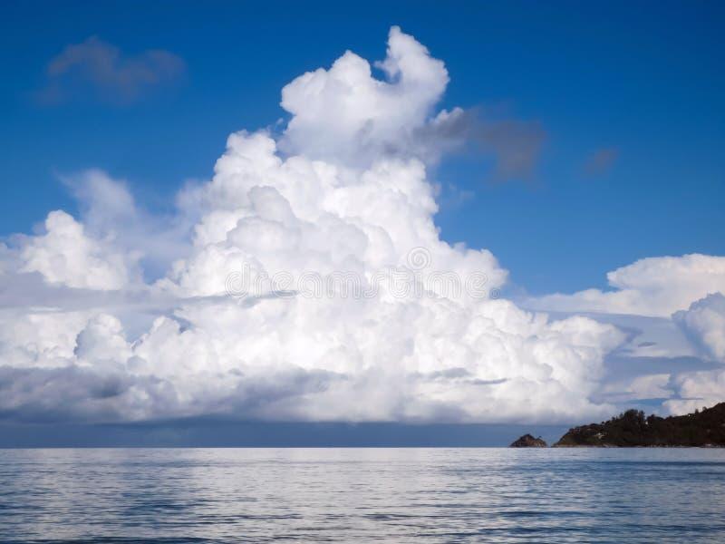 Uma nuvem gigante grande sobre o mar de Andaman imagens de stock