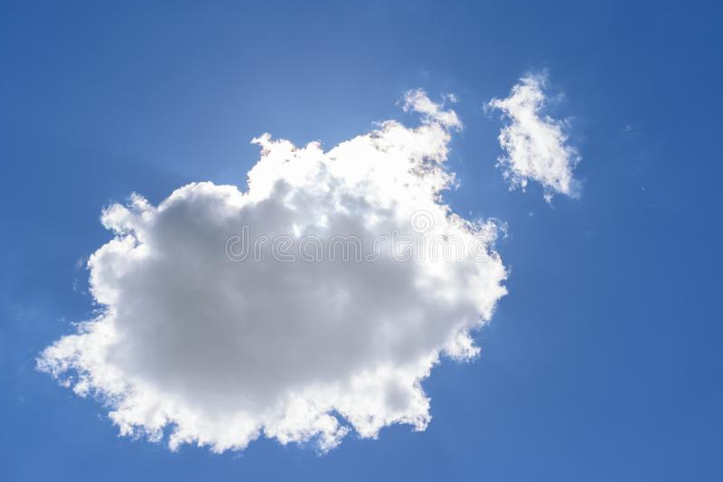 Uma nuvem isolada em um céu azul fotos de stock royalty free