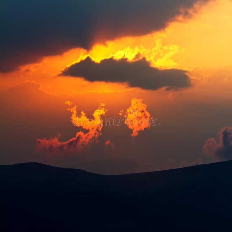 Uma nuvem que olhe como um pássaro Phoenix no por do sol fotografia de stock