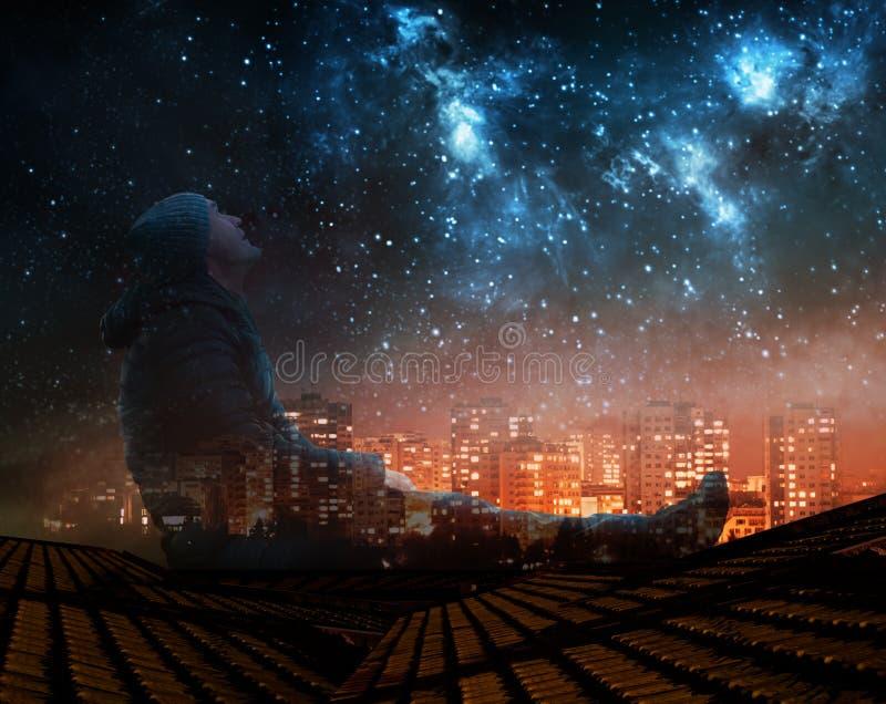 Uma observação do homem protagoniza no céu noturno no telhado na cidade ilustração stock
