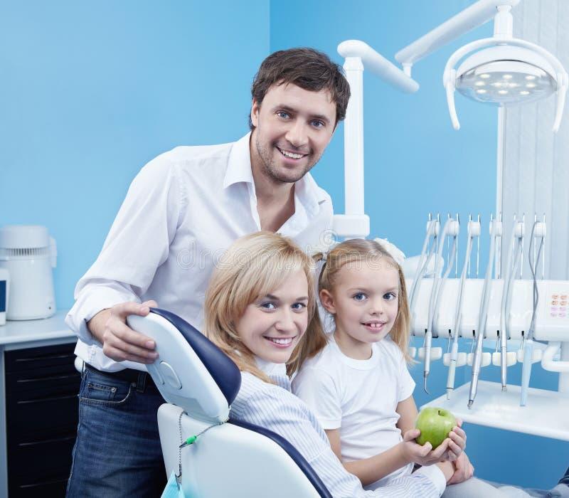 Uma odontologia feliz da família fotografia de stock