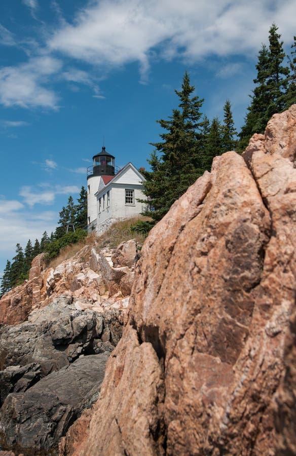 Uma opinião Bass Harbor Lighthouse das rochas abaixo fotografia de stock