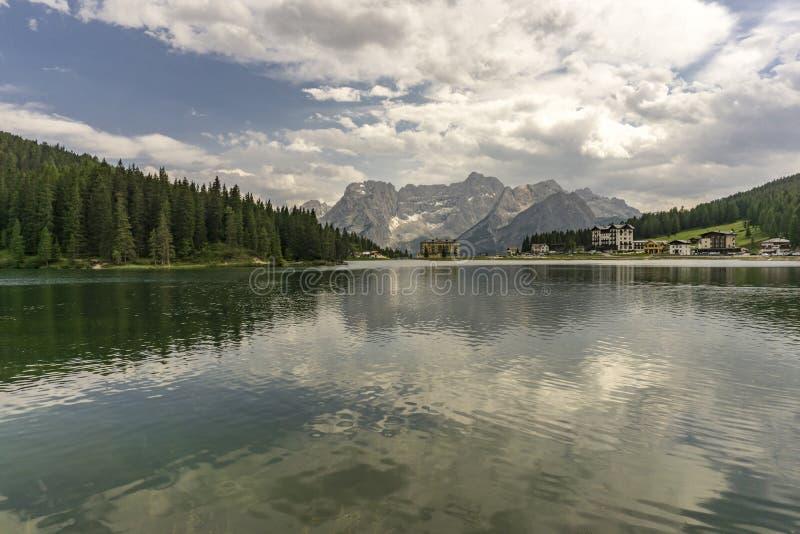 Uma opinião bonita do verão do lago Misurina dolomites Italy foto de stock