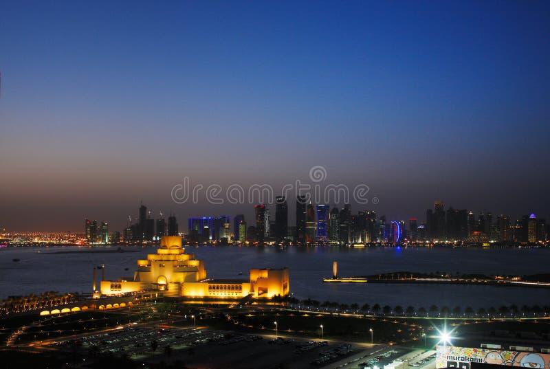 Uma opinião da arquitectura da cidade de Doha no crepúsculo fotos de stock