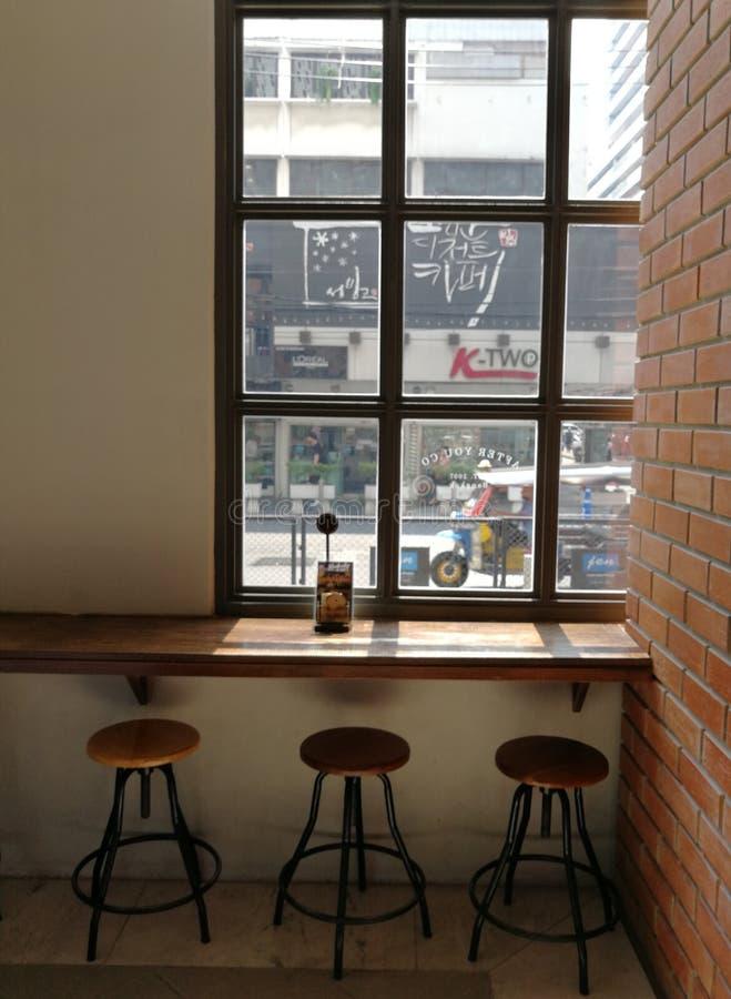 uma opinião da janela do bar do café imagens de stock royalty free