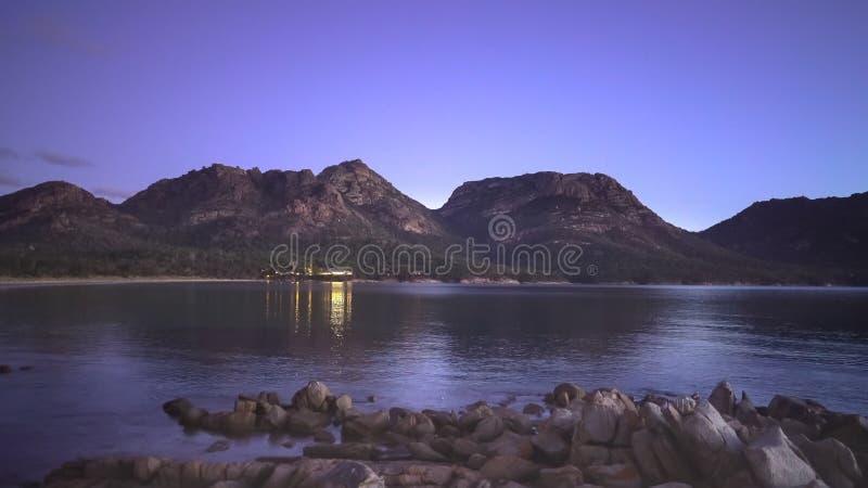 Uma opinião da noite da baía de Coles em Tasmânia, Austrália fotografia de stock