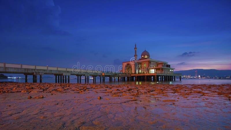 Uma opinião da noite durante o por do sol na mesquita de flutuação, porto de Penang imagens de stock