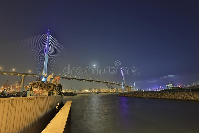 uma opinião da noite em Stonecutters ponte, Hong Kong fotografia de stock royalty free