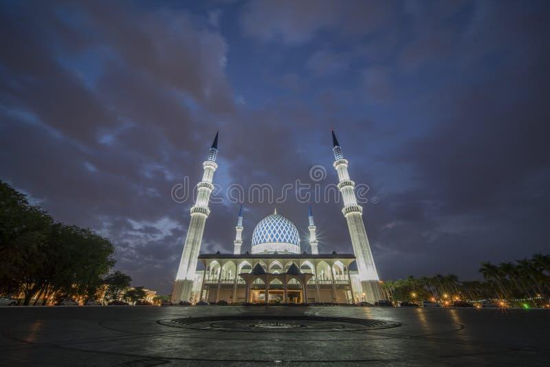 Uma opinião da noite na mesquita azul, Shah Alam, Malásia fotografia de stock royalty free