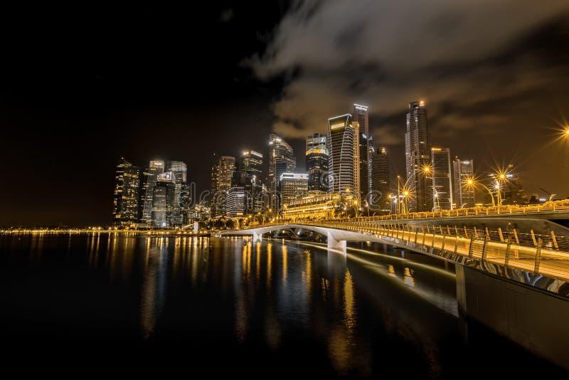 Uma opinião da noite da ponte do jubileu da baía do porto em Singapura foto de stock
