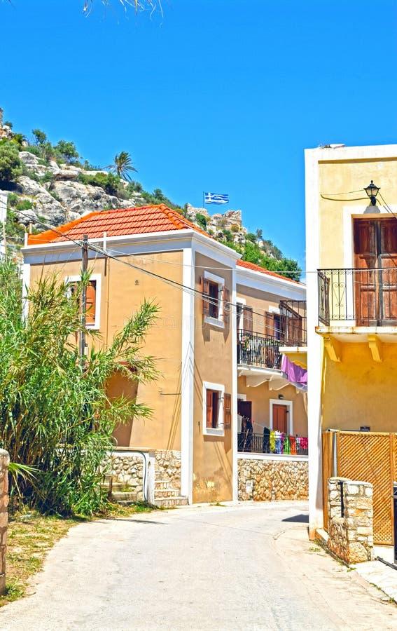 Uma opinião da rua de algumas casas gregas em uma vila pequena fotografia de stock royalty free