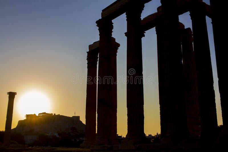 Uma opinião da silhueta do templo de Zeus, em Atenas, Grécia imagem de stock