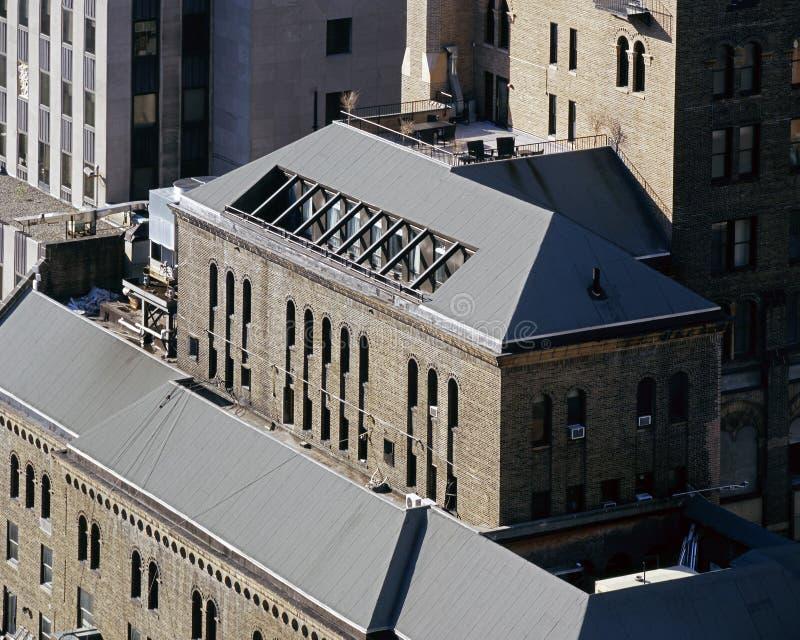 Uma opinião de ângulo alto de construções históricas em NYC imagem de stock royalty free